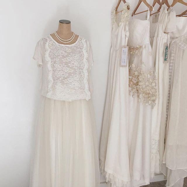おはようございます* ・ 今日も青空が広がる気持ち良い朝。 ・ 横浜サロンでは最近セパレートタイプの衣裳が人気です♪ ・ ブラウス+ボトムスの組合せでお選び頂けます。 カジュアルすぎず、刺繍やレースを使い華やかさはドレスと変わりません✴︎ ・ (そして単品だからこそ、レンタル料が抑えられるというメリットも) ・ ・ EverGreen-wedding ーお問合せ・ご来店予約ー ✉︎ info@evergreen-wedding.com 横浜市中区山下町25-2インペリアルビル501号室 * #evergreen_wedding#weddingday#ig_wedding#instawedding#weddingdress#ウエディング#オーダードレス#レンタルドレス#ウエディングドレス#ドレス試着#レストランウエディング#オリジナルウエディング#結婚式準備 #プレ花嫁 #ドレス探し#2017春婚 #2017秋婚#2017冬婚#春挙式#2017wedding #ゼクシィ#湘南ウエディング#横浜花嫁#横浜ウエディング