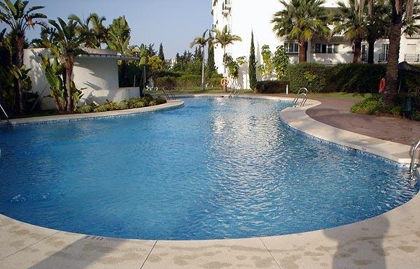 Piscina adaptada al terreno existente, puede obtenerse piscinas interesantes
