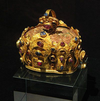 Golden Crown, Ming Dynasty Yunnan Provincial Museum, Kunming. This splendid golden crown illustrates the amazing richness of China during the Early Ming period, when even local kings had access to wealth that would have been almost unimaginable in earlier times.