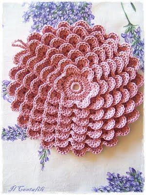 Via 'Il contafili' blog. Pretty petals potholder 9378 from The Complete Book of Crochet, The Spool Cotton Company,1946 http://web.archive.org/web/20080622053832/www.angelfire.com/folk/celtwich/Prettypetals.html