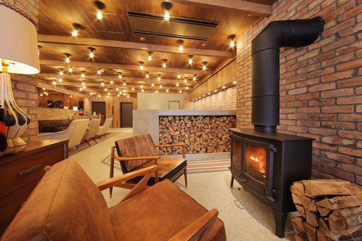 グランピングや山小屋の雰囲気が楽しめるホテル「Hotel Unwined」が、北海道札幌市にできました。朝食もキャンプのようで、充実した設備も楽しめる贅沢空間です。