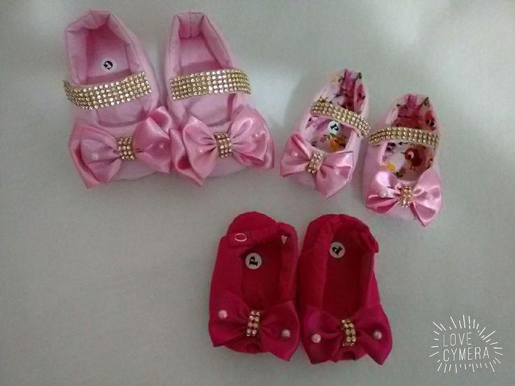 Sapatinhos acolchoados e confeccionado com tecidos 100% algodao para melhor conforto do seu bebê. Feitos sob encomendas nas cores disponíveis rosa bebê, rosa pink, vermelho , amarelo, branco e azul turqueza. Tamanhos disponíveis de 0 a 12 meses calçando até o numero 20. Tamanhos P=10cm /M=11cm/G=...