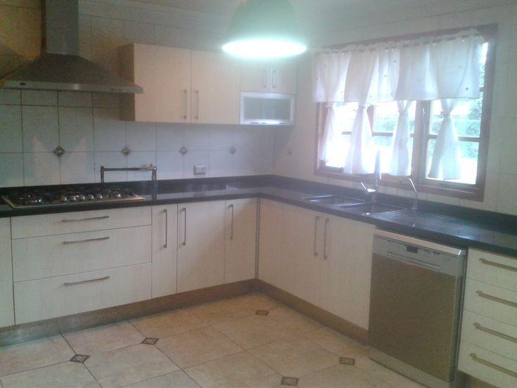 Cocina con ángulo , Masisa melamina 18mm. color Maple , zócalo de acero y cubierta de granito negro San Gabriel