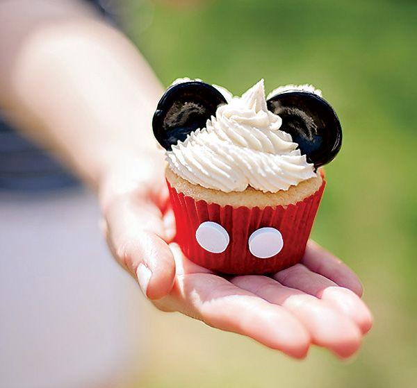 cupcake decorado con mini oreos para fiesta temática del Club de Mickey Mouse. #FiestaMickeyMouse