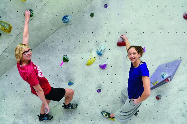 Bouldern ist Klettern ohne Seil und Gurt und in Absprunghöhe. Köln.Sport hat sich an die Wand gewagt und das Ergebnis: Es hat viel Spaß gemacht.