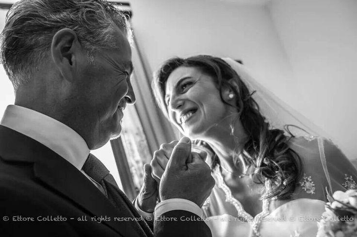 Intensi gli sguardi tra padre e figlia, riflette segnato un dolce sorriso di un uomo che apre e disegna il destino...  Emozioni in Foto per matrimoni
