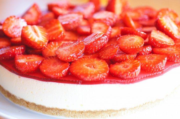Perfekt sommerkake: Lett og luftig ostekake på smakfull kjeksbunn som dekkes med rød jordbærgele og massevis av sommerens søte, friske jordbær.