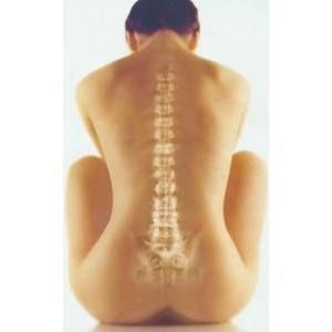 Protáhněte si páteř a ulevte ploténkám díky Dornově metodě.  Dornova metoda je jemná manuální terapie, při které dochází k návratu obratlů a dalších kloubů do správné polohy. Děje se tak za aktivní účasti nejen terapeuta, ale také ošetřovaného. Ten provádí volný pohyb nohou či rukou podle instrukcí terapeuta, který zároveň působí přímo v místě vykloubení. Tlakem palce na obratle páteře se současně bezpečně uvolňují blokády v tkáních a toku energie.