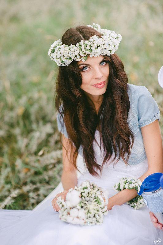 Белый венок из живых цветов на голову