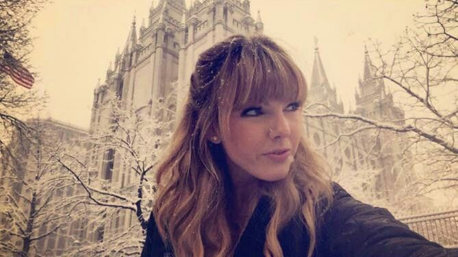 Taylor Swift<< lol no it's not it's her lookalike but she doesn't look like her if u actually look at her face