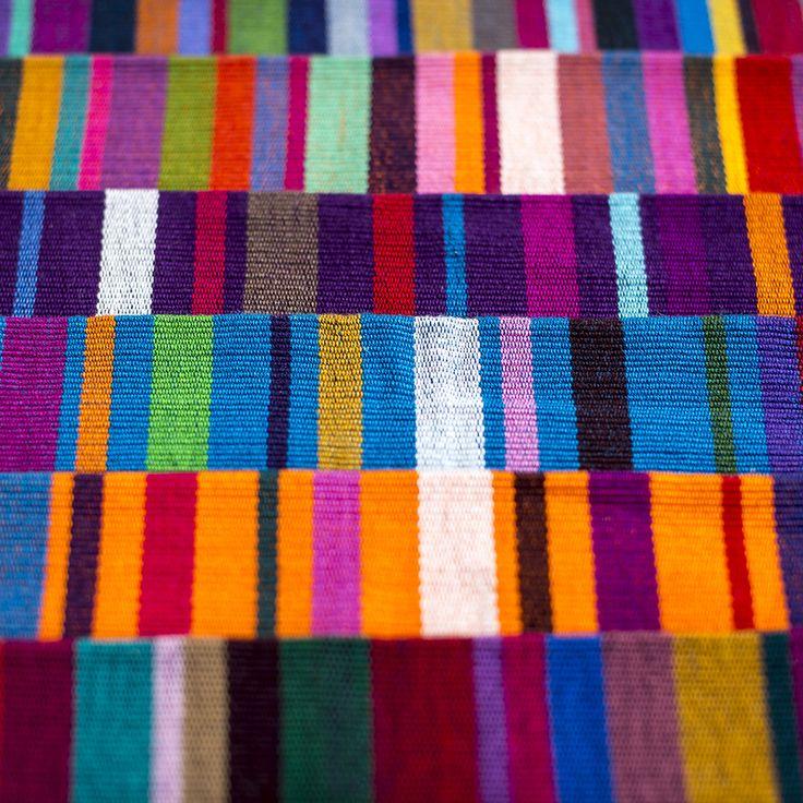 Die Beutel von Purpura Pansa leuchten in wunderschönen Farben! Sie wurden im Süden Mexikos im traditionellen Webstuhl erstellt.  #hummelundwolf #schmuckmitgeschichte #fairfashion #mexico