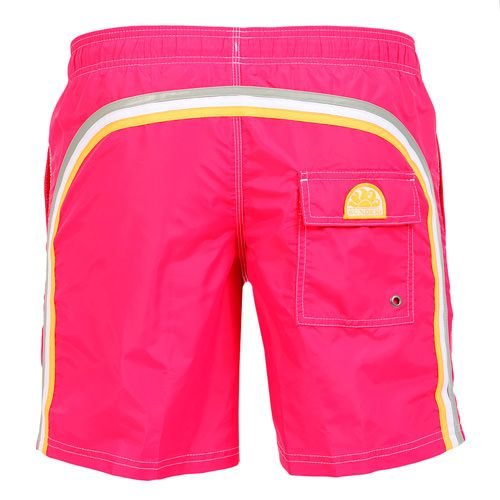 DARK PINK LONG SWIM SHORTS WITH ELASTIC WAIST AND RAINBOW BANDS Dark pink nylon taffeta long boardshorts. Three rainbow bands on the back. Elastic waistband with adjustable drawstring. Internal net. Two front pockets Back Velcro pocket. Sundek logo on the back. COMPOSITION: 100% NYLON. Model wears size M he is 189 cm tall and weighs 86 Kg.