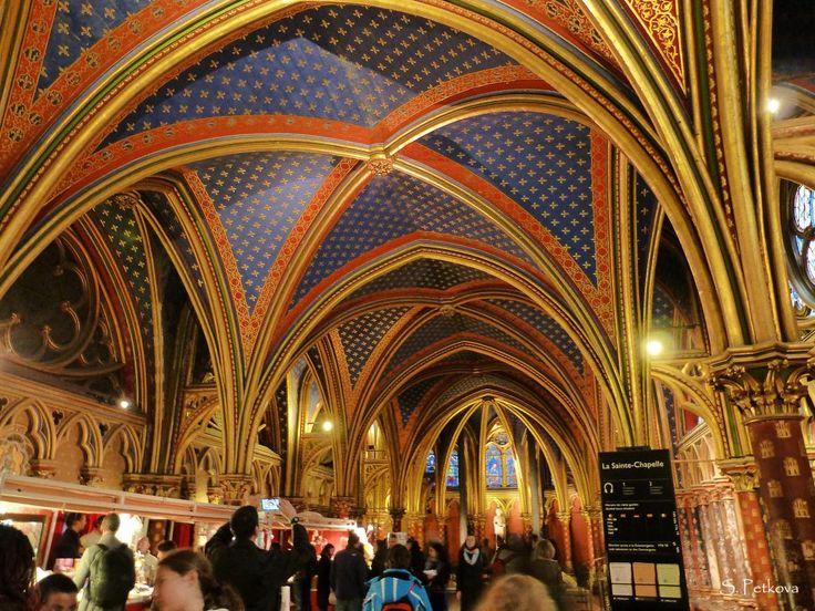 Avec la Conciergerie, la Sainte Chapelle fait partie des vestiges du palais de la Cité. Sa construction a été ordonnée par le roi Saint Louis avec l'objectif d'abriter les reliques trouvées lors des croisades dans les terres saintes.