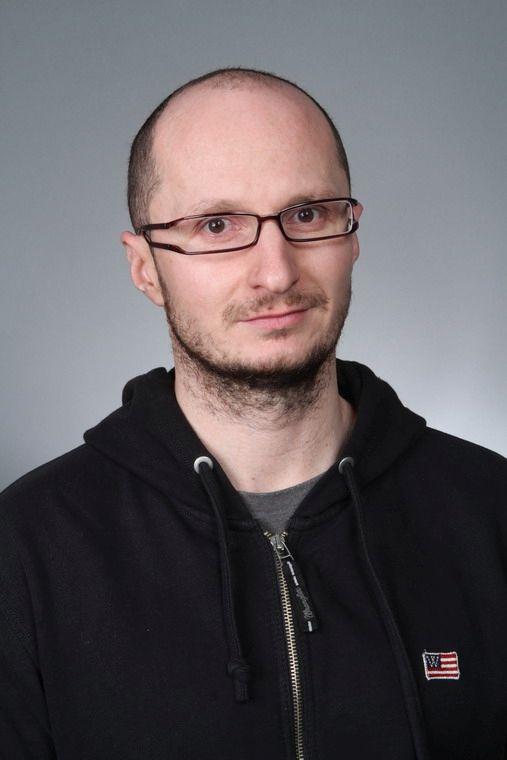 Ondřej Lážnovský  - loutkoherec, režisér  - vodí v alternaci Hurvínka a ztvárňuje řadu dalších postav