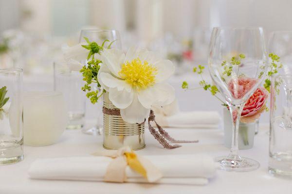 Gartenhochzeit In Wei Dekoration Mit Dosen Als Vasen In