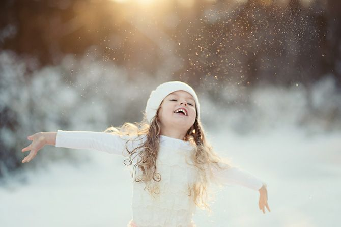 Beautiful outdoor winter little girl photos | beautiful ideas for using snow and sunlight to create magical photos