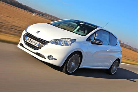 Peugeot 208 e-HDi outscores Toyota Yaris Hybrid in this review.