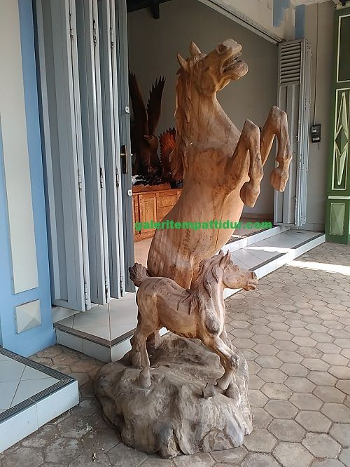 Patung Kuda Kayu