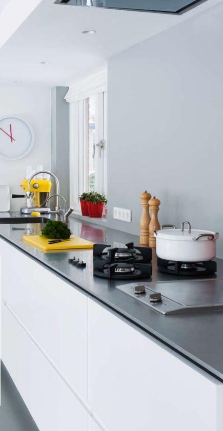 Mooi maatwerk MDF wit gespoten keuken met RVS aanrechtblad en Pitt Cooking kookplaat gecombineerd met bakplaat - The Living Kitchen by Paul van de Kooi