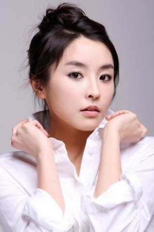 Jung Yoo-mi. She plays an EVIL TROLL, but she is a good actress. ^.^