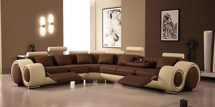 murs marron et un canapé moderne en marron et beige dans le salon