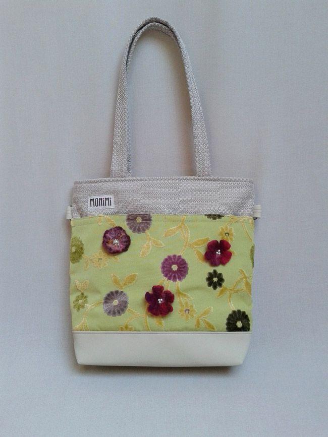 Ezen a szép táskán gyönyörű nyári virágok nyílnak! A táska erős vászon anyagból és textilbőrből készült. Szerettem volna kiemelni a nagy osztott zsebet ezzel a szép zöld, lila-szürke virágos anyaggal. Az anyag mintáját térbe helyezve, virágokat nemezeltem rá! Young-bag 14 női táska