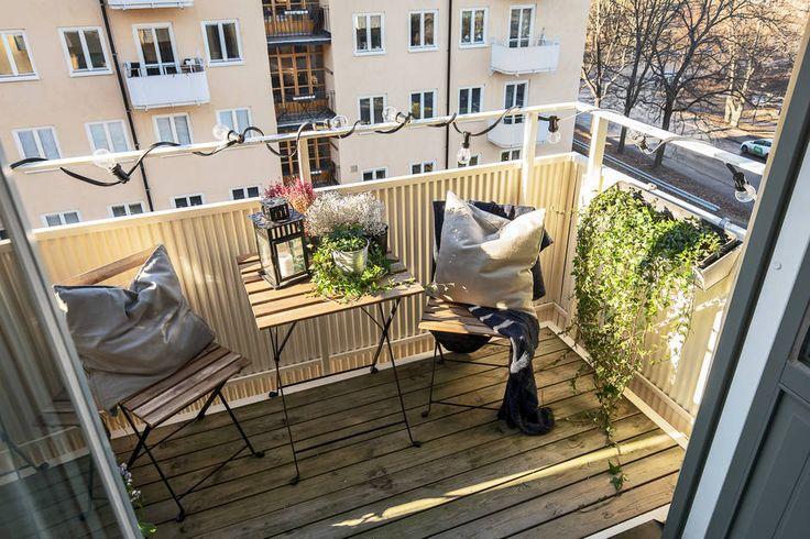 Varmt välkommen till ett toppfint och ljust drömboende med solig balkong och fri grönskande utsikt samt optimal planlösning på en av Kungsholmens bästa adresser intill Fredhällsparken och Fredhällsklipporna, ett riktigt smultronställe sommartid! Väl inne i lägenheten möts du av en underbart luftig och inbjudande känsla där tidstypisk charm samspelar med moderna materialval i harmonisk balans. Här finner du vackra ytskikt, snickerier och ursprungsdetaljer samt flera stora fönsterpartier som…