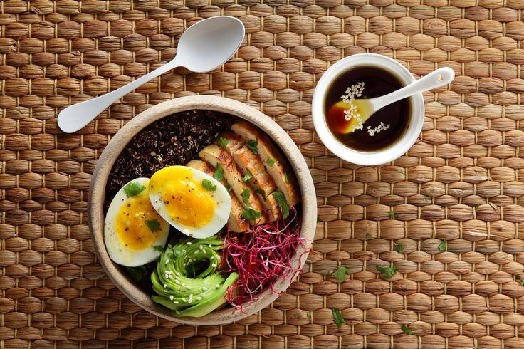 """Le Buddha bowl ? C'est l'obsession healthy du printemps qui réconcilie l'esprit light, la comfort-food et le capital """"instagrammable"""" d'un plat qui buzze. Loin des recettes souvent compliquées, on vous a dégoté un bowl à faire en deux temps trois mouvements avec des ingrédients franchement pas compliqués à trouver : poulet mariné, des bons œufs Label Rouge élevés en plein air, pimpés à l'avocat et au quinoa noir."""