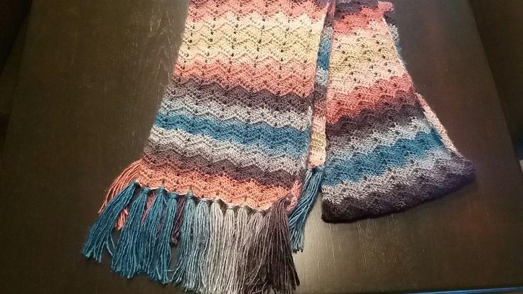 Sjaal gehaakt met katia polaris nr 63 garen en patroon van haak-gelukjes gebruikt.