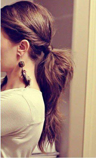 Sugestão de penteado: cabelo preso e prático para não se preocupar durante a festa. 1.Divida o cabelo ao meio 2.Separe uma mecha de cada lado na frente do cabelo 3.Pegue o restante do cabelo, puxe para trás fazendo um rabo de cavalo 4.Pegue as mechas da frente, torça e enrole-as por cima do elástico de cabelo; Prenda as pontas com grampos, escondendo embaixo do rabo de cavalo 5.Pegue algumas mechas do rabo de cavalo e com ajuda de um pente fino, desfie os fios de baixo para cima 6.Pronto!!