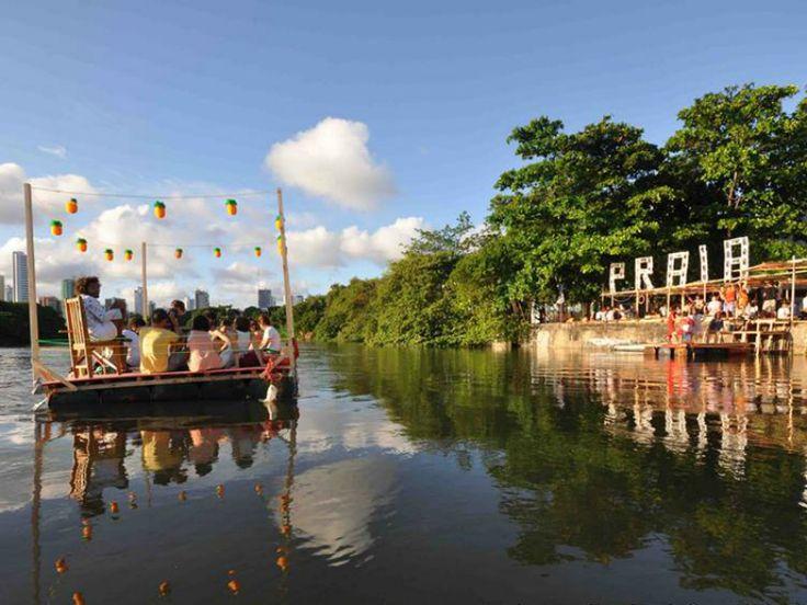"""Projeto """"Praias do Capibaribe"""", no domingo, dia 6, monta as cadeiras e guarda-sóis às margens do rio, na altura do bairro do Coque."""