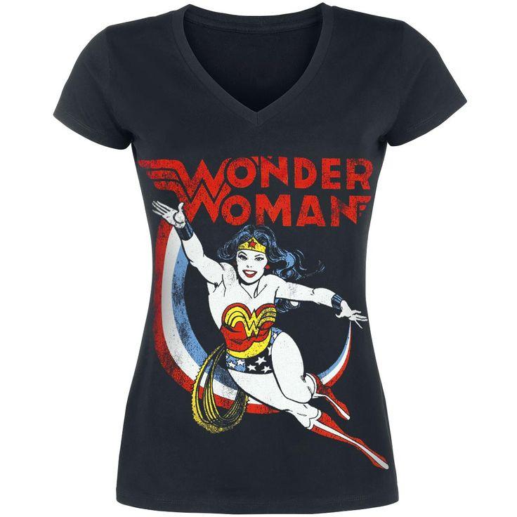 Wonder Woman - Dodge    - tryck fram  - V-ringning  - passform: normal    Den vackra Diana är en av de äldsta superhjältarna och den första superhjälten i DC Comics serier. Hon är mer känd som Wonder Woman. Med sitt lasso tvingar hon fienderna tala sanningen. Trycket på framsidan visar Wonder Woman i hennes sexiga superhjälte-kostym. Vilken kvinna skulle inte älska att ha det där lassot?!
