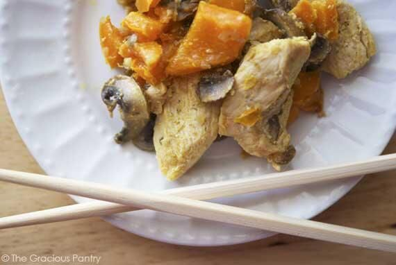Kylling paprika og sopp stir: 2 chicken breasts cut into bite-size pieces 1 large orange bell pepper, chopped 1/4 lb. brown mushrooms, sliced 1 medium raw onion, chopped 1 tbsp. virgin coconut oil tamari, soy sauce or coconut aminos for topping (to taste).