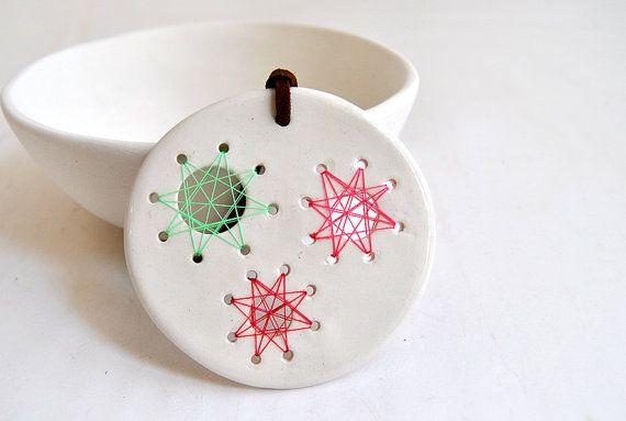 Colgante de cerámica e hilos - - - Round White Ceramic String Art Pendant with Green by Barruntando