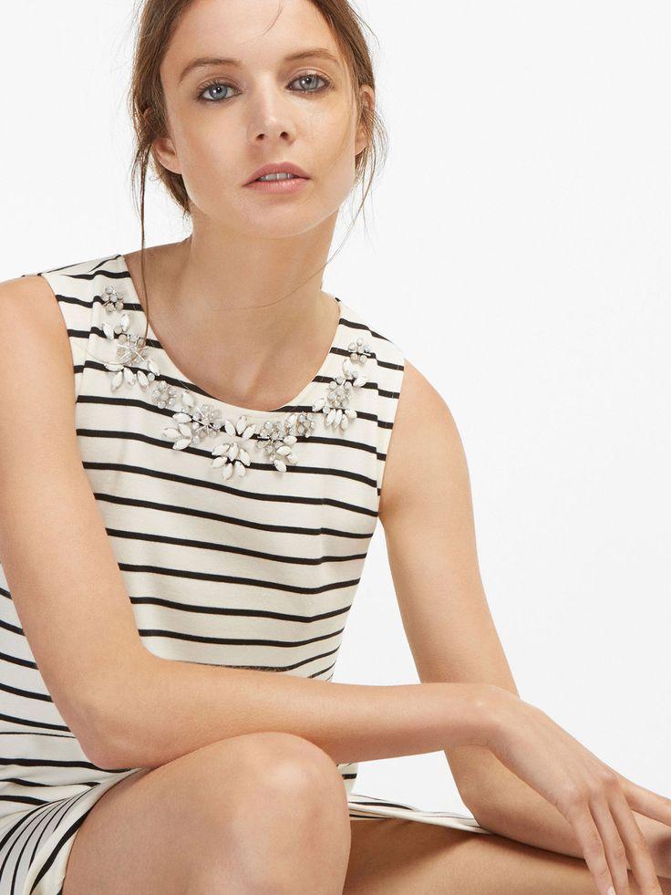 Vestido corto de rayas horizontales estilo marinero con detalle de cuello joya, confeccionado en mezcla de tejidos. Corte recto, cuello redondo, bolsillos laterales y sin mangas. El largo de la espalda en la talla S es de 87,5 cm.