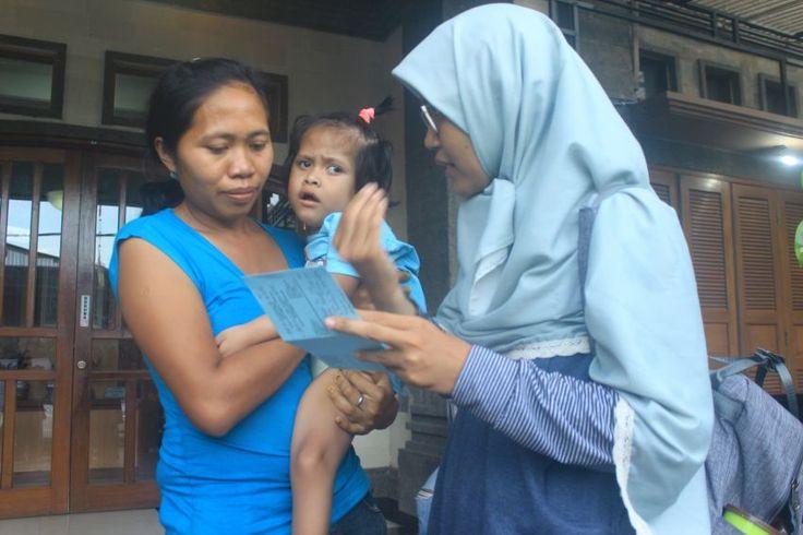 Bantuan Kemanusiaan: Tetap Optimis Ovani Bisa Panggil Papa  Adik Ovani (6 tahun) tertawa riang ketika kami tim DSM dengan bantuan relawan medis Dr. Rini Trisnowati mengajaknya berkunjung ke Prof. Dr. Soetjiningsih SpA(K) dokter spesialis anak bagian tumbuh kembang untuk melakukan konsultasi dan pemeriksaan pada Jumat (28/4).  foto : Dr. Rini sedang memberikan pengarahan dari hasil konsultasi Prof. Dr. Soetjiningsih SpA(K)  Ovani tersenyum dan sesekali berteriak girang saat mobil yang kami…