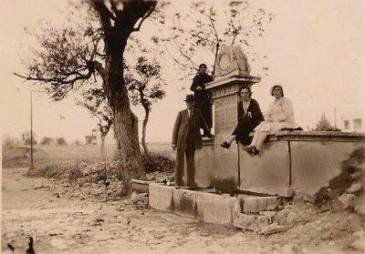 1938'de Selamiçeşme... #BostancıdanManzaralar O tarihlerde semte adını veren çeşme bugün dahi, yerli yerinde! Çeşme, Bağdat Caddesi-Selami Çeşme'deki Mado Pastanesinin tam önünde bulunuyor.