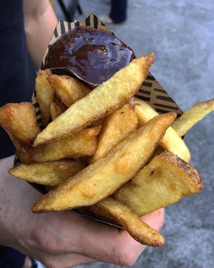 Experimentamos a batata frita do Fritas um foodtruck só delas. Eles têm vários molhos bem bacanas. Quem aí já comeu? . Na foto com molho indiano a batata grande é R$19. . #fritas #batatafrita #gourmetadois