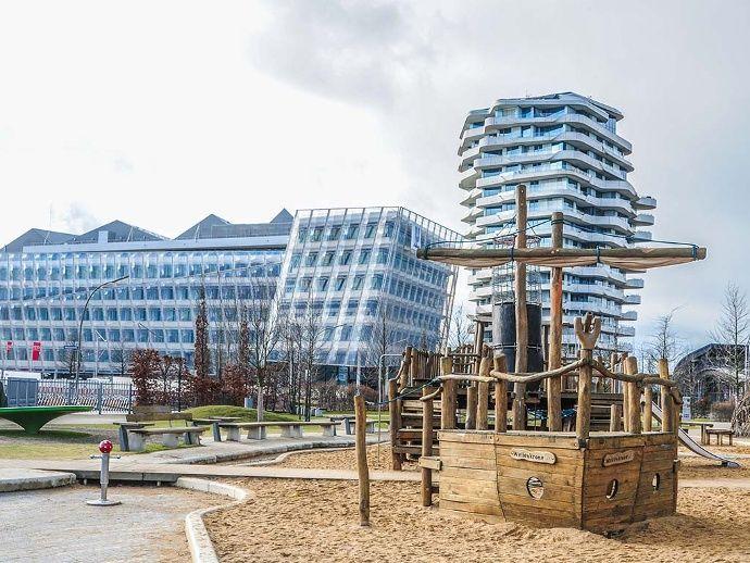 Der Grasbrookpark der HafenCity ist eine Attraktion für Familien mit Kindern. Hier können Kinder mit Wasser spielen und in die Rolle des Piraten schlüpfen. Highlights des Spielplatzes ist das Piratenschiff.  (Bild: Marek Santen)