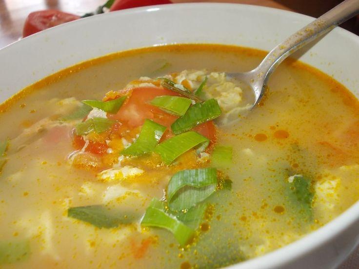 Drožďová polévka: 1 kostku droždí, 1 vejce, polohrubá mouka na kapání - asi 3 lžíce, zelenina – mrkev, celer, petržel, sůl, sádlo (popřípadě jiný tuk,) voda. Na oleji nebo sádle osmažíme droždí, tzn. rozpustíme a necháme srazit. Teprve potom přidáme vodu a zeleninu, vaříme do měkka a nakonec uděláme kapání z vejce a mouky. Povaříme ještě několik minut a podáváme s nasekanou petrželkou.