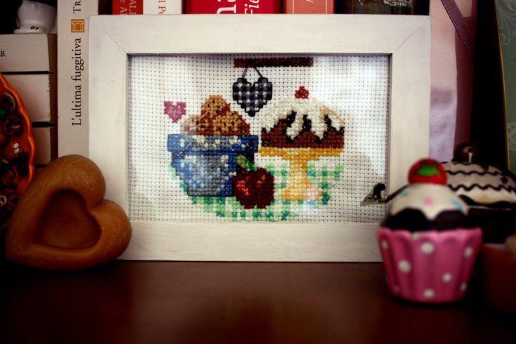 A nice cross stitching composition for my library: biscuits, cupcakes....