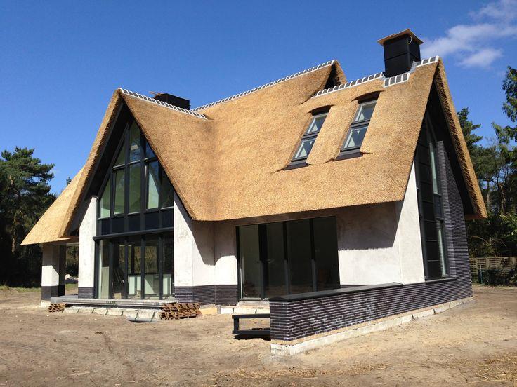 """hoe veel raam er uit ziet bij rieten dak en wit huis ; combinatie van """"warm"""" rieten dak met """"strakkere"""" grote ramen. Kozijnen zijn voor ons te dik; verder willen we ook geen donkere dichte stukken zoals op dit plaatje"""