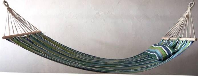 Tradycyjny hamak który pozwoli na drzemkę w otoczeniu zieleni. Wyposażony w poduszkę/wałek. W okresie letnim może zastępować łóżko. Udźwig 120 kg. Kolor ecru. Gdzie lepiej wypocząć jak nie w otoczeniu zieleni na wygodnym hamaku?  Kolor: PASY KOLOR Materiał: DREWNO TKANINA Wymiary: 200x100 cm