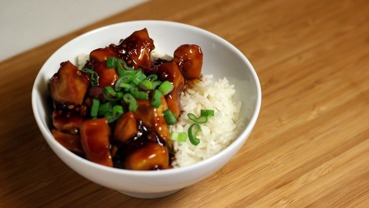 Heute gibt es mal einen klassiker der (hiesigen) asiatischen Küche:Teriyaki Chicken! Und während diese süsse Soja-Sauce am Poulet meist in Form von Spiesschen serviert wird, setze ich etwas mehr Fokus auf die Sauce und gebe dasTeriyaki Chicken auf Reis. Ich verzichte zudem auf Mirin, den Reiswein, der sonst fixer Bestandteil einer Teriyaki-Sauce ist. Wieso? Ich …