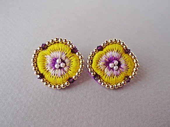 Sister Earrings 黄色いすみれを刺繍したピアス姉にプレゼントする為に作ったことからこの名前を付けました黄色と紫の組み合わせのすみれを丁寧に刺繍し...|ハンドメイド、手作り、手仕事品の通販・販売・購入ならCreema。