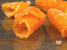Dulceata din coji de portocale si coji de portocale glasate: 4 portocale, 400 gr zahar Decojim portocalele in 4 sau 6 bucati. Fiecare bucata se curata de partea ...