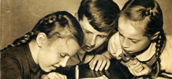 Rudý šátek - Šťastný život dětí lidově demokratického Československa (1951)