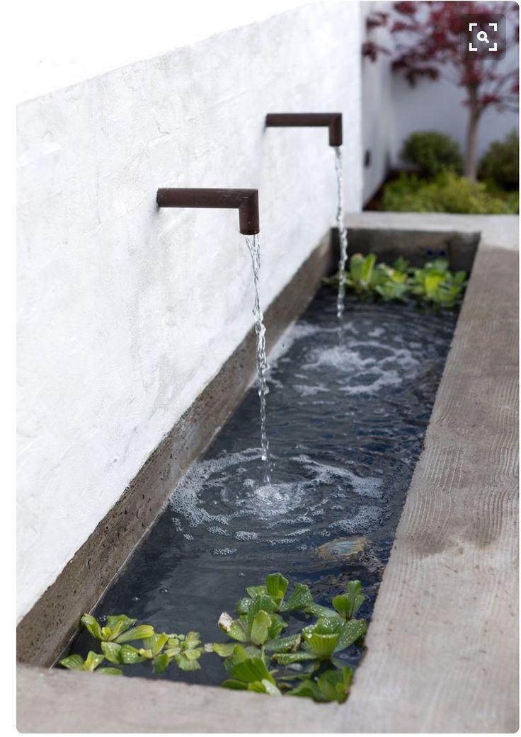 MULTI-INZETBAAR:: Door de strakke vormgeving is dit waterelement goed te gebruiken in een moderne tuin, maar tegelijkertijd misstaat het zeker niet in een wat traditionelere tuin. De waterplanten in de bak maken het plaatje mooi af!