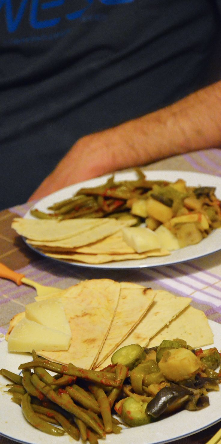 Piadina alla curcuma e piadina alle spezie provenzali con fagiolini e frico