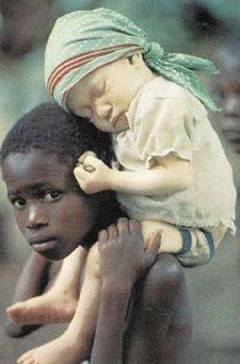 En África moltes xiquets son descriminats per el seu color, albino.A diferencia de altres paisos que se descriminen als de color negre. En África muchos niños son descriminados por su color de piel en este caso albino. A diferencia de otros que se descriminan a los negros.